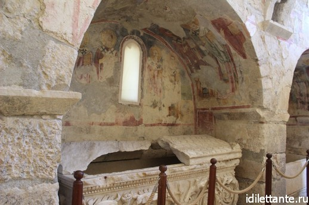 Гробницы в храме Николая Чудотворца в Демре