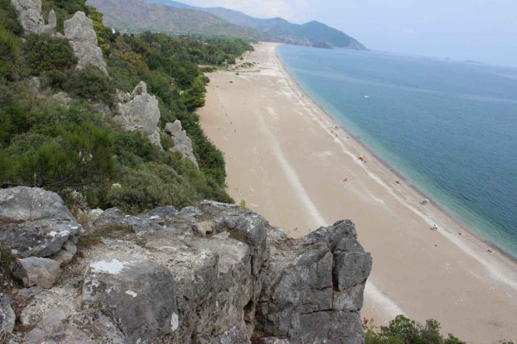 Вид сверху на пляж Чиралы